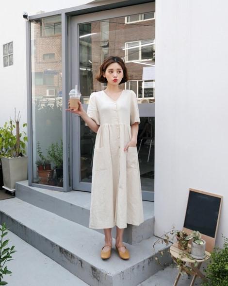 """Những mẫu đầm theo tiêu chí """"less is more"""" cũng vô cùng hút mắt, tạo sự thoải mái cho người mặc."""