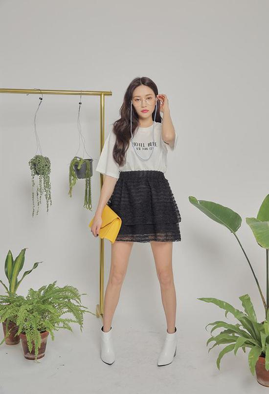 Đối với những bạn gái yêu sự trẻ trung thì chân váy xuyên thấu xếp tầng, áo thun và bốt là những gợi ý thú vị.