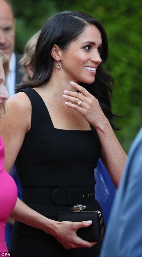 Đây không phải là là lần đầu tiên Meghan Markle phá vỡ quy định này, trước đây, cô còn áo bạo mặc váy hở vai trong buổi diễu hành cùng chồng là hoàng thử Harry.