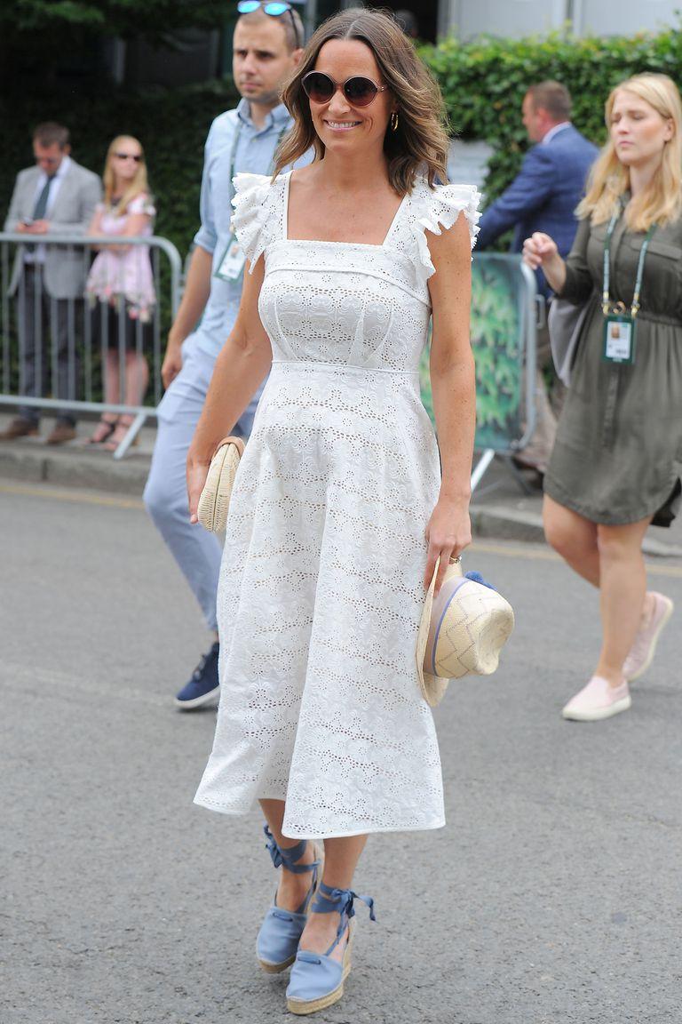 """Em gái Công nương Kate diện """"cây trắng"""" với nón Penelope Chilvers, kính mát Chanel và ví cầm tay J.Crew."""