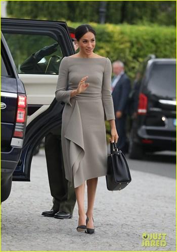 Đây là một thiết kế đến từ Roland Mouret. Chiếc váy đơn giản nhưng không kém phần sang trọng.