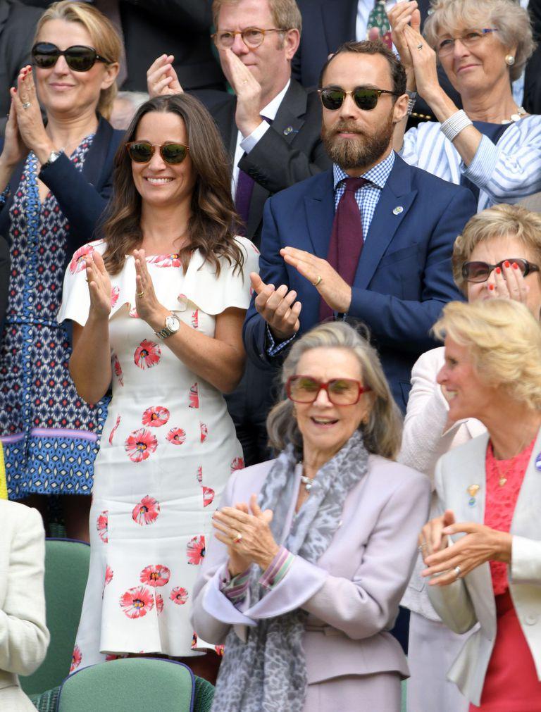 Và trong giải Wimbledon 2016, em gái công nương Kate đã tham dự với anh trai James trong chiếc váy hoa của Susannah.