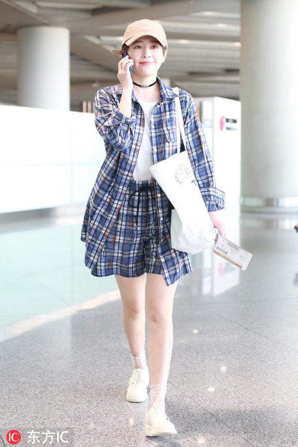 Trong trường hợp bạn đã chán những chiếc áo thun bình thường vẫn mặc hàng ngày thì hãy làm mới chúng bằng cách kết hợp với chiếc áo sơ mi nữ caro oversize bên ngoài. Mix match sơ mi đồng màu với quần short cũng là ý tưởng thú vị.