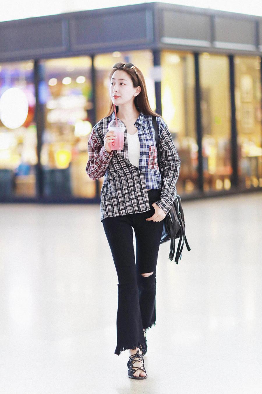 Công thức mix áo thun, sơ mi kẻ ô cùng quần jeans đã rất quen thuộc. Nhưng chỉ cần nhấn nhá bằng cách buộc cúc sơ mi lệch như nữ diễn viên Mã Tô là set đồ trông sẽ hay ho hơn hẳn.