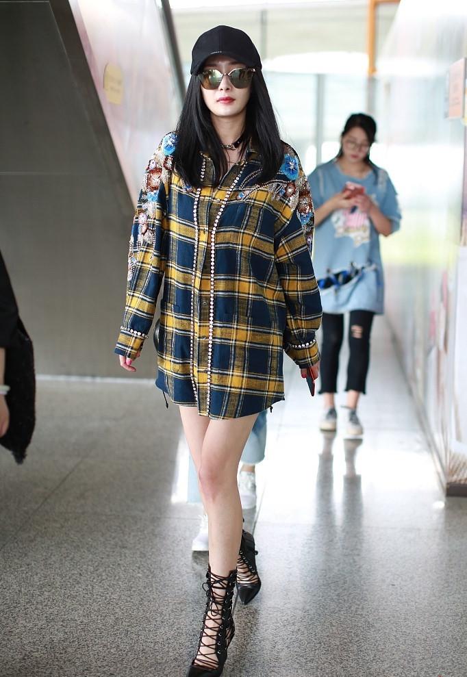 Mùa hè, bạn gái cũng có thể diện chiếc áo sơ mi kẻ dáng dài theo phong cách giấu quần như Dương Mịch. Đây là cách kết hợp vừa kín đáo vừa quyến rũ được nhiều tín đồ ưa chuộng.