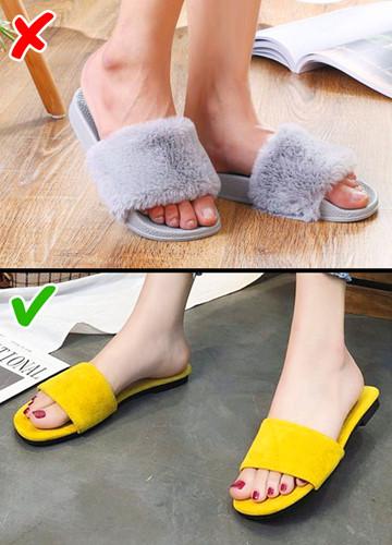 Hãy cất những đôi dép lông đi và dùng những đôi dép đế thấp với kiểu dáng và màu sắc đơn giản.