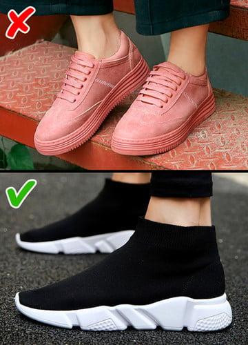 Giày thể thao có đế cũng không còn được ưa chuộng. Nếu bạn muốn hợp thời trang, hãy thử tìm kiếm những đôi giày thời trang kiểu thập niên 80 và 90.