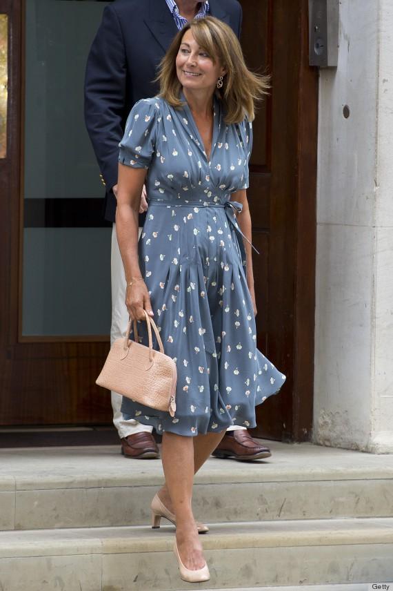 Thiết kế váy thắt eo nhẹ nhàng tôn được nhan sắc nền nã, dịu dàng của người phụ nữa đã ngoài 60 tuổi.
