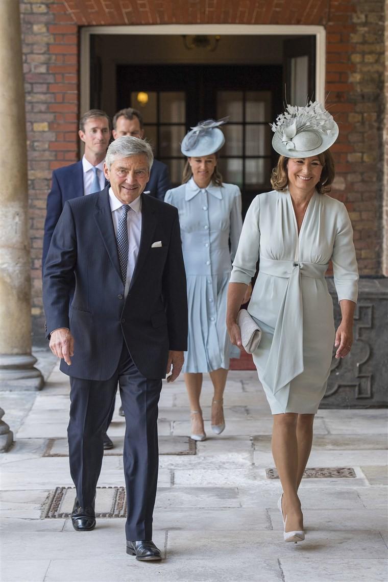 Ngắm nhìn vẻ thanh lịch, sang trọng của bà Carole Middleton, nhiều người cho rằng phong Công nương Kate duyên dáng như hiện tại nền tảng bắt đầu từ việc được thừa hưởng gu thẩm mỹ tinh tế từ mẹ.