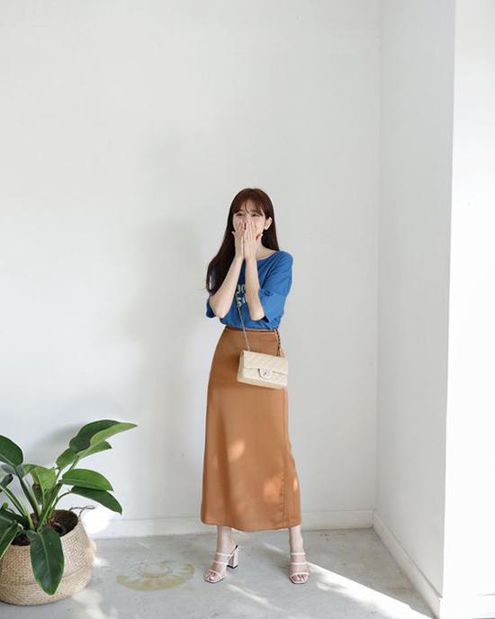 Sau thời gian lăng xê áo thun trắng, thun đen đơn giản, các tín đồ thời trang bắt đầu làm mới phong cách bằng những kiểu áo thun bắt mắt.