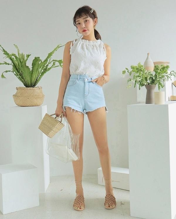 Quần short jeans kết hợp với áo cổ yếm và sandal không chỉ giúp bạn thêm trẻ trung, năng động mà còn vô cùng quyến rũ nữa đó.