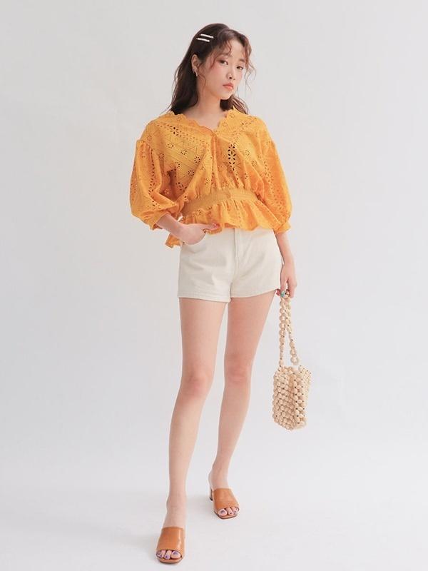 Diện quần short cùng áo ren đục lỗ là bạn sẽ có ngay một set đồ vừa thời trang vừa nổi bật. Bạn nên kết hợp với đôi mule và túi xách để trông năng động và cá tính hơn.