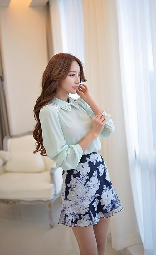 Nếu nàng cảm thấy áo sơ mi trơn quá đơn giản, chân váy hoa sẽ là item vô cùng phù hợp khi đi chung với nhau. Chân váy giúp tạo điểm nhấn và giúp bộ trang phục bớt nhàm chán.