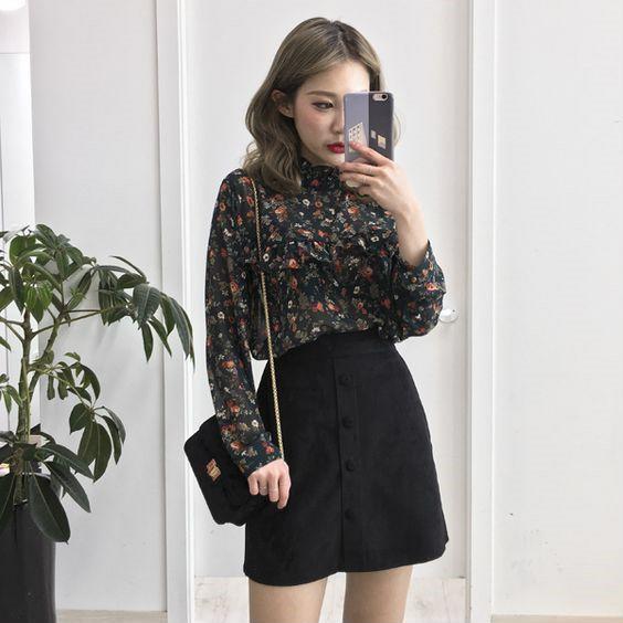 Nếu chỉ sở hữu toàn chân váy đen và áo sơ mi hoa cũng đen, bạn đừng quá lo lắng. Họa tiết hoa sáng màu trên áo vẫn khiến cả bộ trang phục trở nên nổi bật.