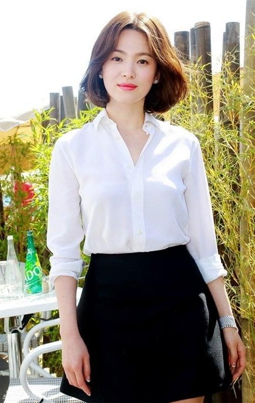 Nàng công sở thường sở hữu ít nhất một chiếc áo sơ mi trắng trong tủ đồ. Chỉ với công thức phối đơn giản với chân váy mini đen, bạn đã nhanh chóng có được bộ cánh xinh xắn.