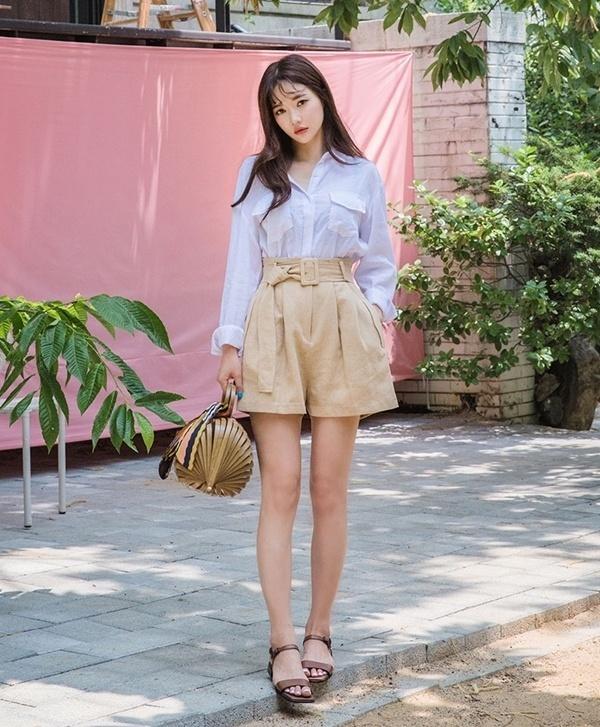 Áo sơ mi cùng quần short có thắt lưng kết hợp túi cói và sandal là gợi ý hoàn hảo cho những cô nàng yêu thích phong cách vintage.
