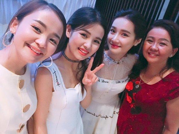 """Được biết trong sự kiện này, nữ diễn viên """"ngày ấy mình đã yêu"""" phải thay rất nhiều trang phục, song thiết kế phom dáng cổ điển của nhà tạo mốt Lê Thanh Hòa vẫn được cô trưng dụng lại."""