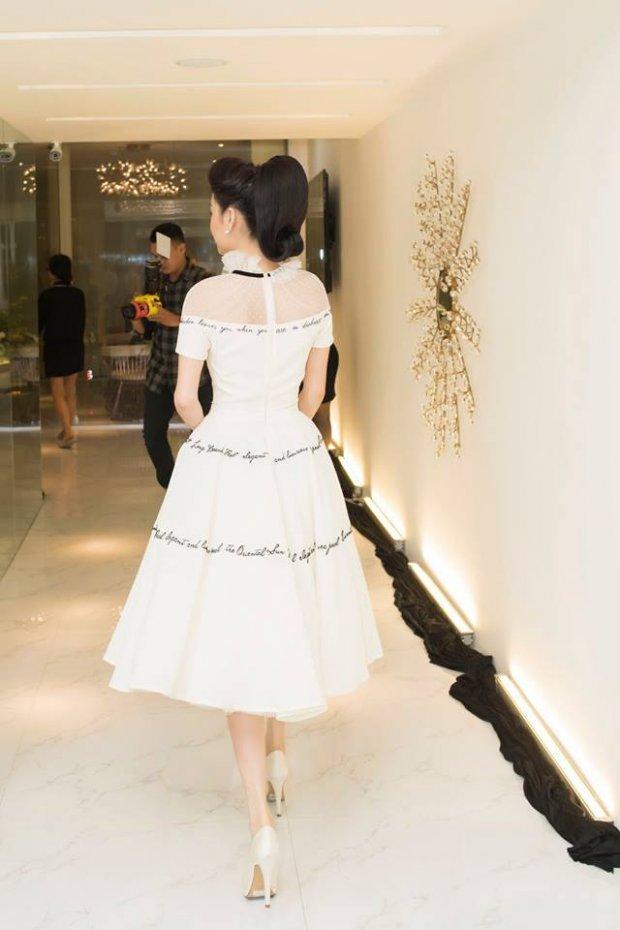 Diện bộ váy trắng tinh khôi, Nhã Phương dễ dàng nổi bật giữa dàn người đẹp khác tại sự kiện. Có lẽ trong lần diện đầu tiên Nhã Phương ghi điểm tuyệt đối vì nhan sắc tươi trẻ hơn rất nhiều.