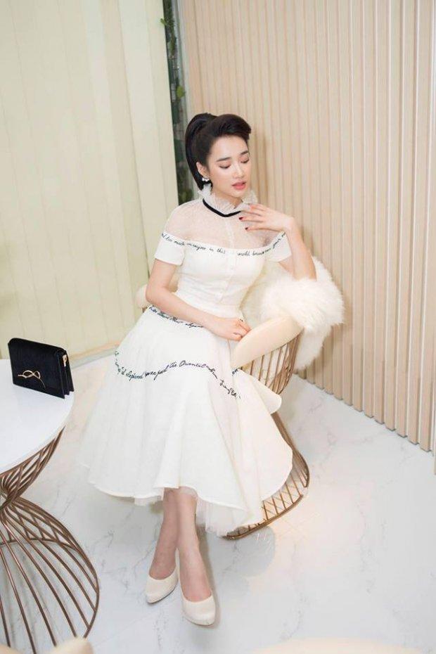 Một đôi giày cao gót màu trắng cùng kiểu tóc búi cục điệu đà giúp Nhã Phương ăn gian chiều cao đáng kể.