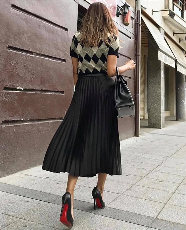 Phối chân váy cùng giày cao gót, áo thun dáng ôm vừa phải, túi xách cỡ trung là cách đơn giản nhất để tạo nét thanh lịch khi đến văn phòng.