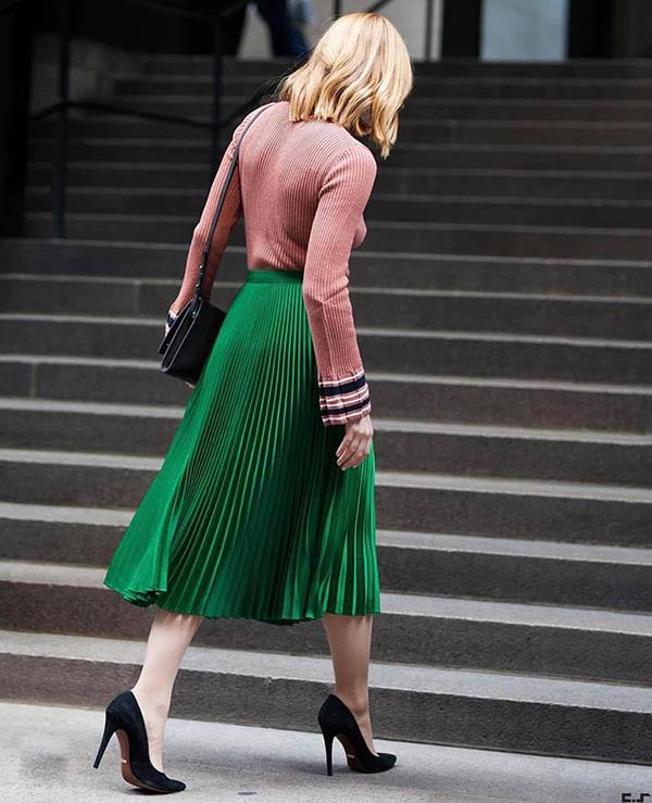 Kiểu váy xoè có chiều dài qua gối được làm mới bằng những gam màu thời thượng. Nổi bật là tông xanh lá bắt mắt được nhiều fashionista yêu thích.