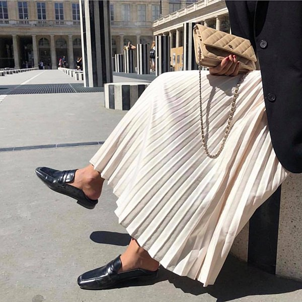 Ngoài giầy cao gót, diện chân váy xếp ly cùng áo blazer, giầy mullet cũng được yêu thích.