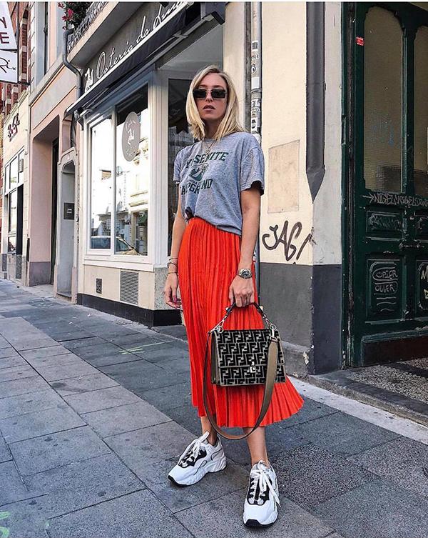 Thời gian trước đây, phái đẹp thường chọn chân váy xoè để kết hợp cùng các kiểu áo, phụ kiện thuộc dòng vintage. Nhưng ở mùa mốt mới, các fashionista lại chọn kiểu váy quen thuộc để phối đồ phá cách cùng giầy thể thao.