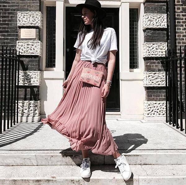 Thoát khỏi 'định kiến', váy xoè qua gối chỉ có thể mix cùng áo cổ điển, nhiều cô nàng cá tính mix - match nó với áo thun hiện đại, giầy snearker khoẻ khoắn.