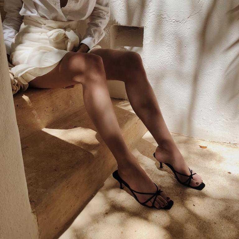 Đôi sandals quai mảnh đem lại cảm giác thoáng mát và giúp kéo dài đôi chân của bạn.