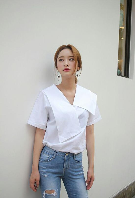 Nếu đã chán diện các mẫu sơ mi basic đến văn phòng thì bạn gái có thể thử mix đồ cùng mốt áo blouse mới.