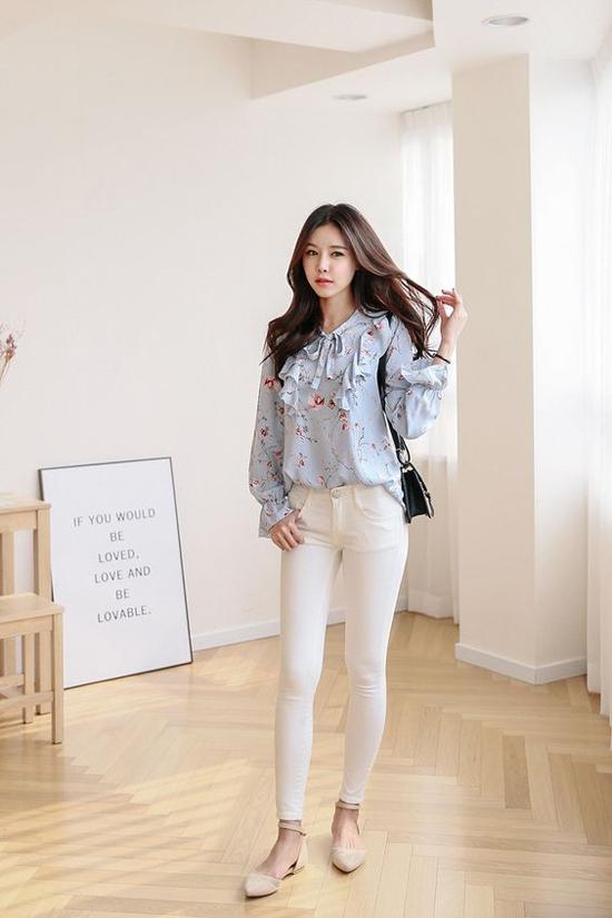 Quần jeans dáng ôm, quần jeans kiểu dáng đơn giản, phụ kiện thanh nhã thường được phái đẹp chọn lựa để mix cùng áo cầu kỳ về chi tiết.