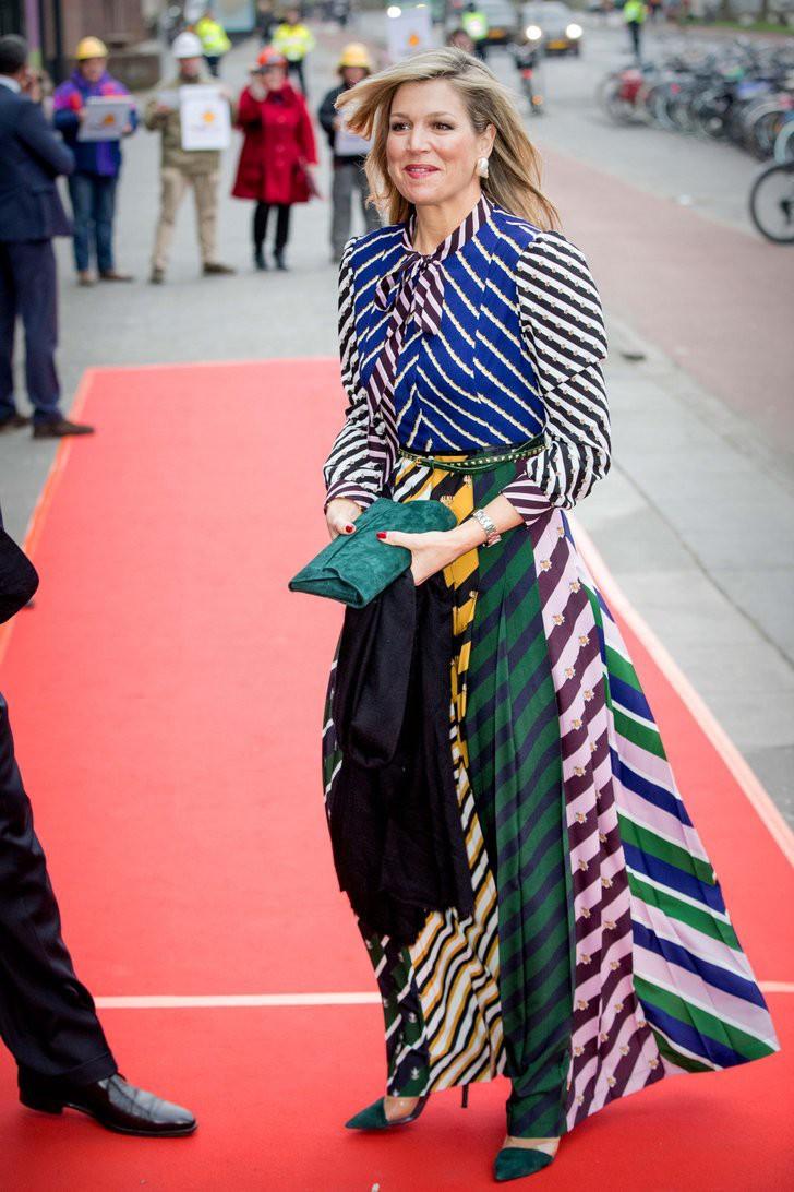 Trang phục họa tiết với màu sắc sặc sỡ luôn là sự lựa chọn hàng đầu của Hoàng hậu, giúp bà dễ dàng khoe vẻ trẻ trung của bản thân. Dù kết hợp nhiều đường kẻ sọc với nhau, nhưng set đồ không hề rối mắt, ngược lại còn giúp vóc dáng của Hoàng hậu Maxima trông thon thả hơn.