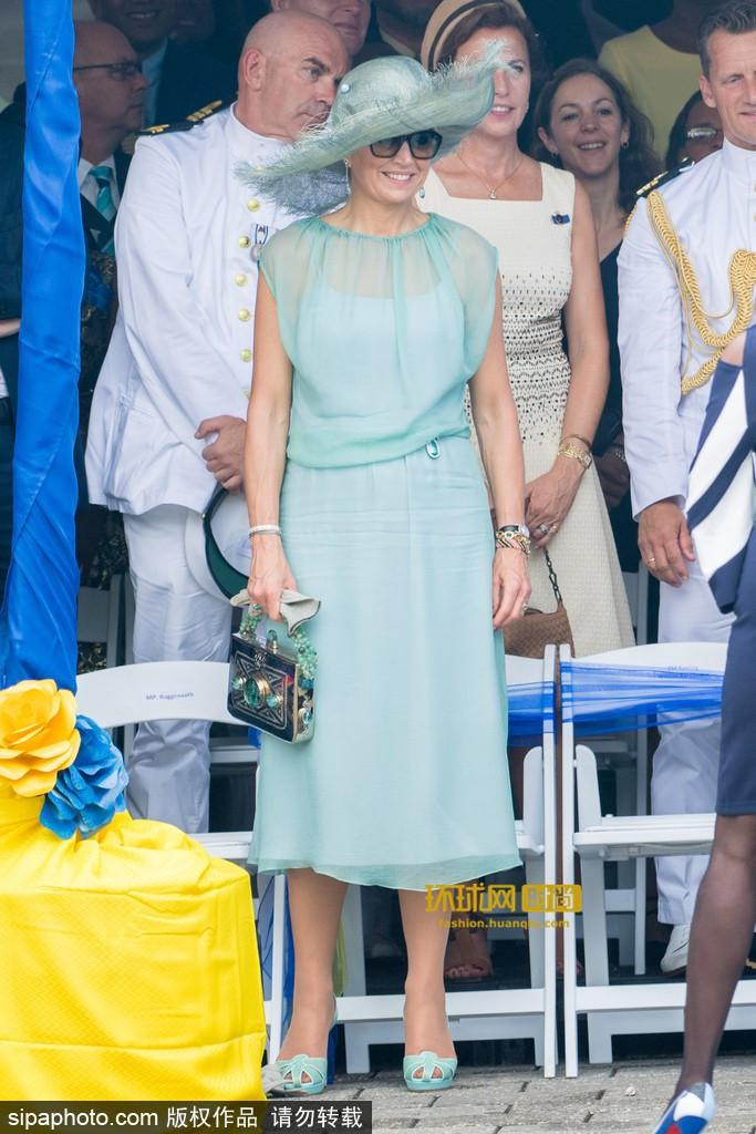 Hoàng hậu Maxima luôn được xem là một người tinh tế trong thời trang. Lựa chọn trang phục màu sắc nào, bà đều biết cách kết hợp phụ kiện đồng điệu, tinh tế. Tại sự kiện, bà diện đầm phom dáng đơn giản, đi kèm nón rộng vành, giày cao gót hở mũi cùng clutch ton-sur-ton với nhau một cách duyên dáng.