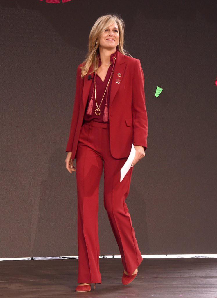 Không chỉ kiểu dáng váy điệu đà, Hoàng hậu Maxima cũng biến hoá với những bộ suit thanh lịch trong các buổi họp quan trọng. Tuy nhiên, màu sắc trên trang phục phải là những sắc thái nổi bật như đỏ, vàng...