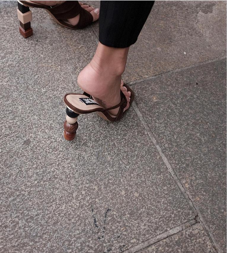 Cũng là gót gỗ nhưng chỉ cần biến hóa với những hình khối đơn giản, đôi giày đã trở nên hoàn toàn khác lạ.