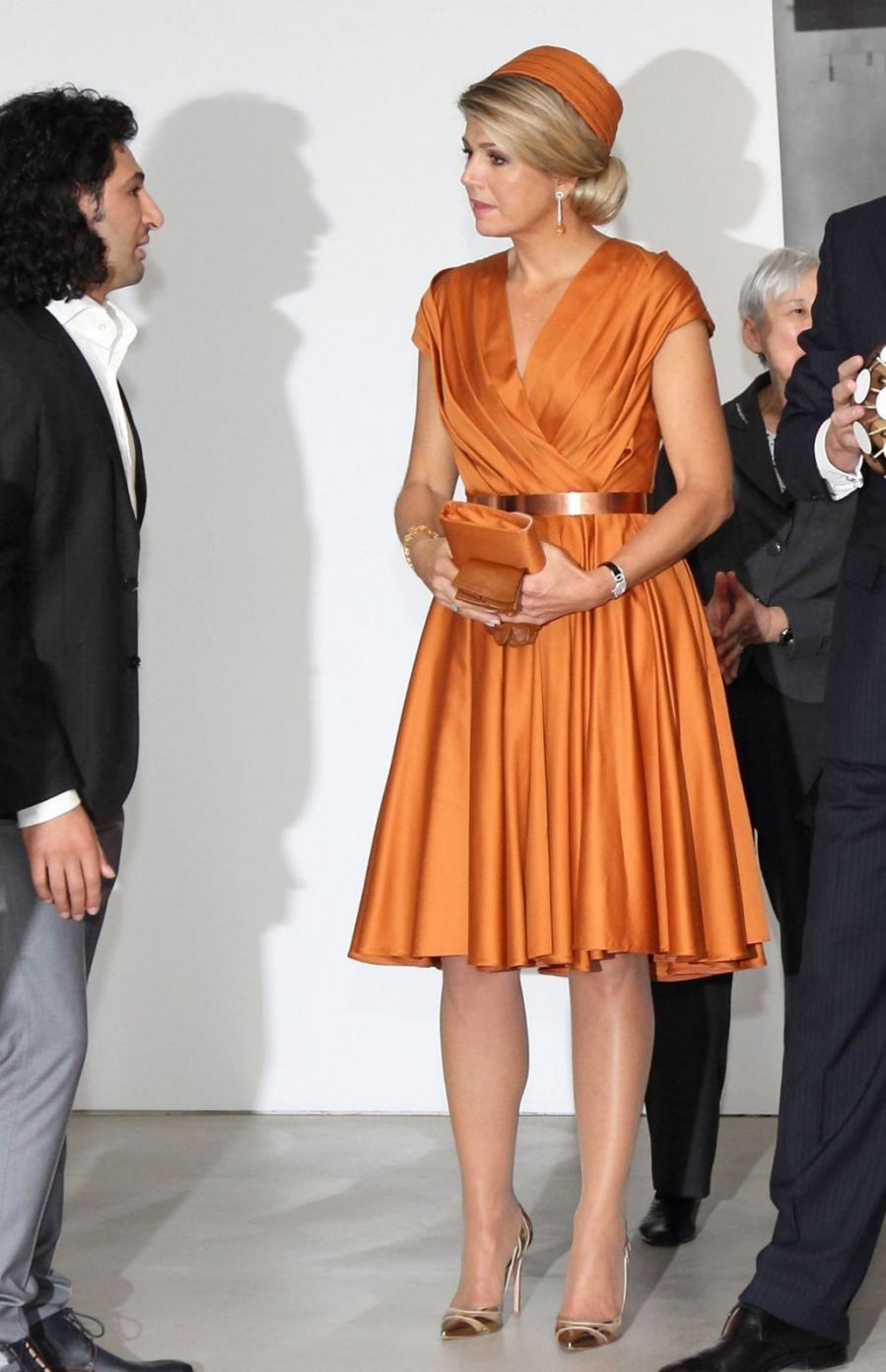 Bà cũng được nhiều người ví như phiên bản Nữ hoàng Elizabeth tại Hà Lan. Bất cứ bộ cánh màu sắc nào, Hoàng hậu Maxima đều diện phụ kiện trùng tông nhằm giúp bản thân nổi bật trước công chúng.