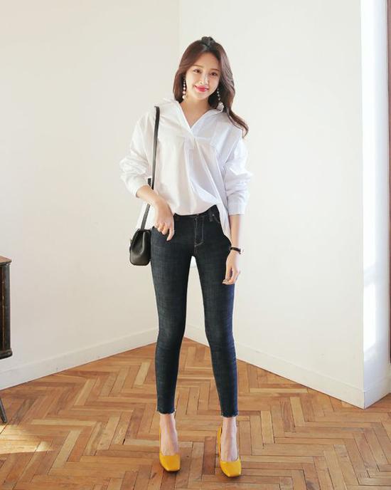 Thay vì sơ mi trắng quen thuộc, chọn áo blouse đồng điệu cùng xu hướng cũng là cách làm hiệu quả để