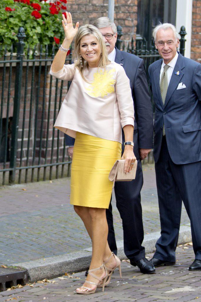 Dù là những kiểu trang phục đơn giản, nhưng Hoàng hậu Maxima luôn biết cách biến tấu để thể hiện chất thời trang riêng của bản thân.
