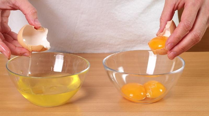 Bạn tách thật khéo léo để 2 lòng quả trứng không bị dính vào nhau