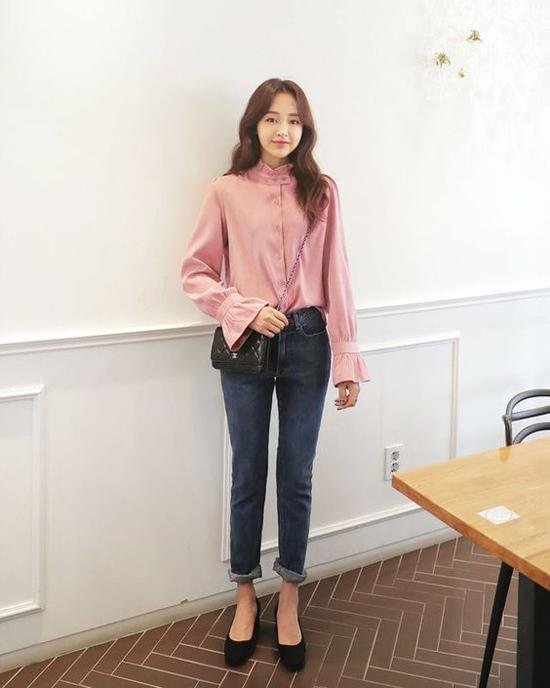 Áo tay loe hot trend ở mùa hè vẫn được các fashionista châu Á lăng xê, bởi áo theo phong cách cổ điển cũng dễ dàng phối đồ mùa thu.