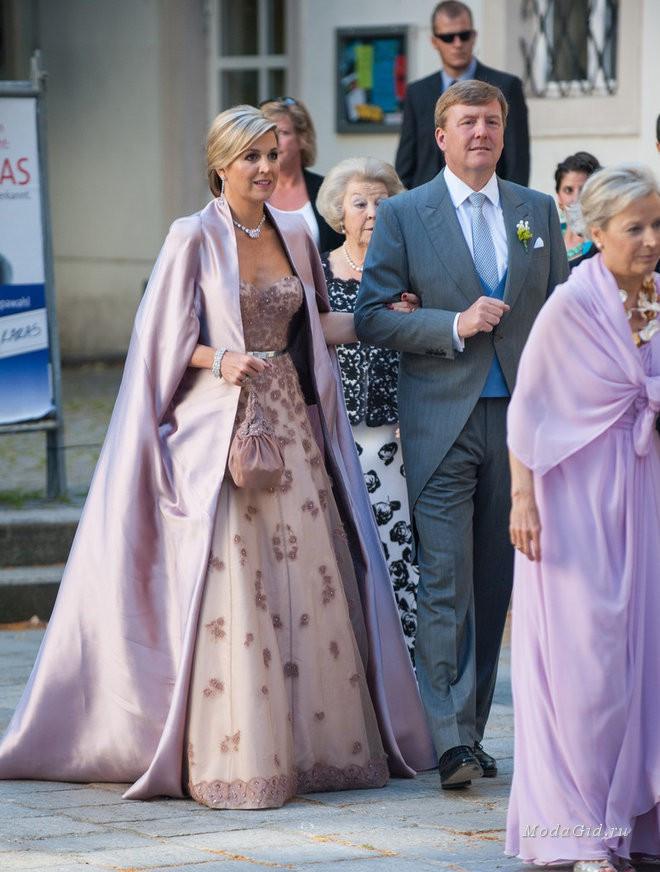 Tại các sự kiện Hoàng gia, Hoàng hậu Maxima thường lựa chọn những bộ váy quý phái với họa tiết cầu kỳ sang trọng. Tuy nhiên, bà lại tiết chế bản thân bằng những gam màu nhã nhặn hơn để phù hợp với khách mời tại đây.
