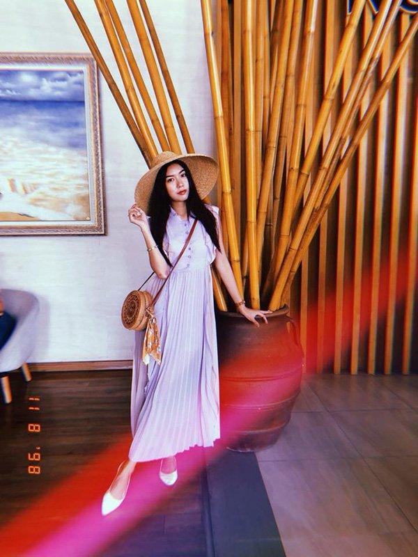 Sở hữu vẻ đẹp thanh tú đậm chất Á Đông, Á hậu Thúy Vân càng thêm tươi trẻ như thiếu nữ khi diện đầm maxi trắng cùng phụ kiện thanh lịch như nón cói và chiếc túi họa tiết cổ điển.