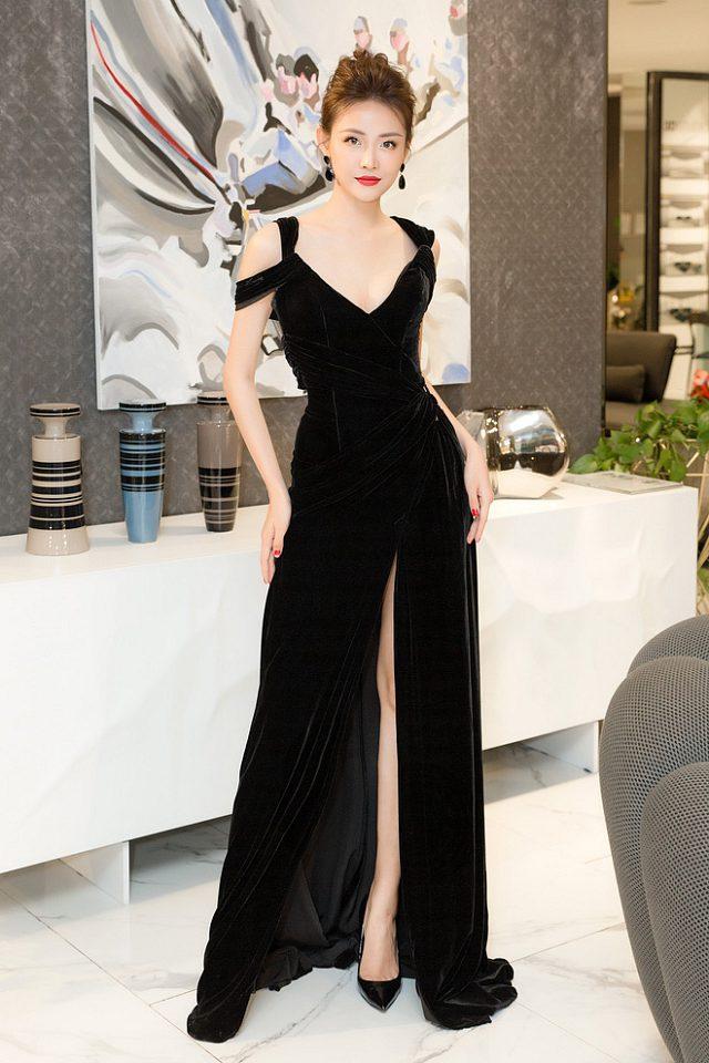 Người đẹp diện chiếc váy xẻ cao, khoe đôi chân dài của mình.