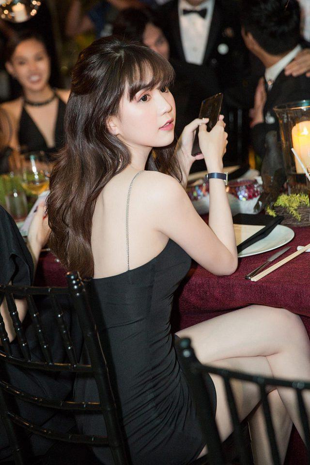 Người đẹp chăm chú dõi theo những hoạt động trong sự kiện.