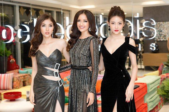 Trong khi đó, vừa trở về từ Hàn Quốc, bộ 3 người đẹp Hoa hậu Siêu quốc gia tiếp tục toả sáng với nhan sắc rạng rỡ và thu hút sự chú ý của đông đảo khách mời tham dự.