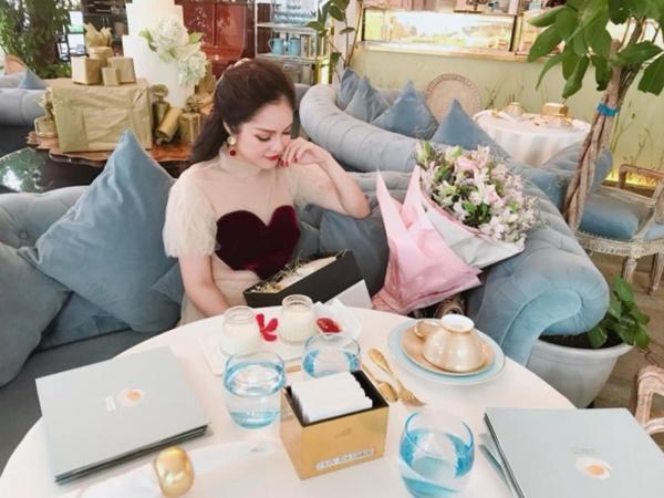Chồng cũ không ngại chi 3 triệu để mua hoa cho cô.