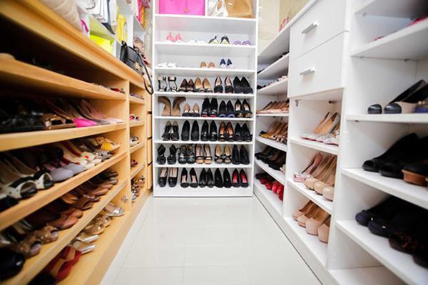 1 góc nhỏ đầy giày dép của căn phòng