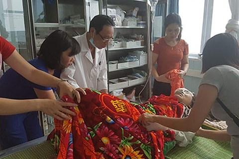 Hình ảnh Y, bác sỹ Bệnh viện Đa khoa tỉnh chăm sóc nạn nhân trong vụ tai nạn.