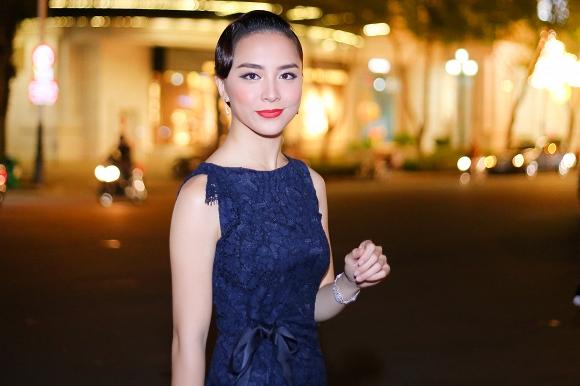 Cũng như anh trai và chị gái, từ năm lớp 11, Thiên Lý đã sang Mỹ du học. Không chỉ giỏi tiếng Anh, Thiên Lý còn nói tốt cả tiếng Pháp và từng có thời gian học trường song ngữ Việt - Pháp.