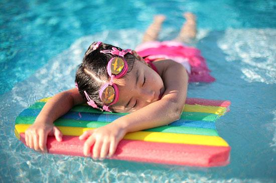 Đi bơi buổi tối có tốt không?